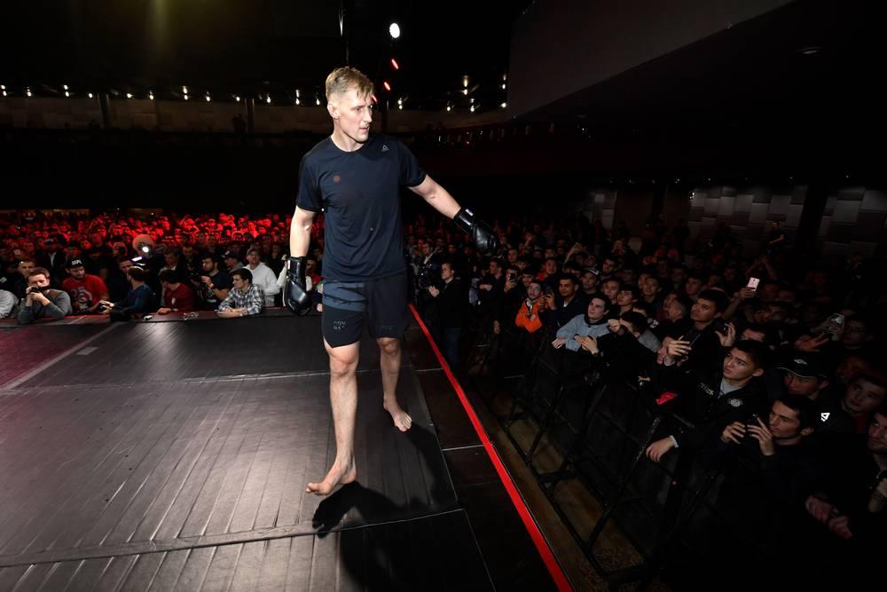 1Болельщики приветствуют Александра Волкова на открытой тренировке перед турнриром UFC Moscow.