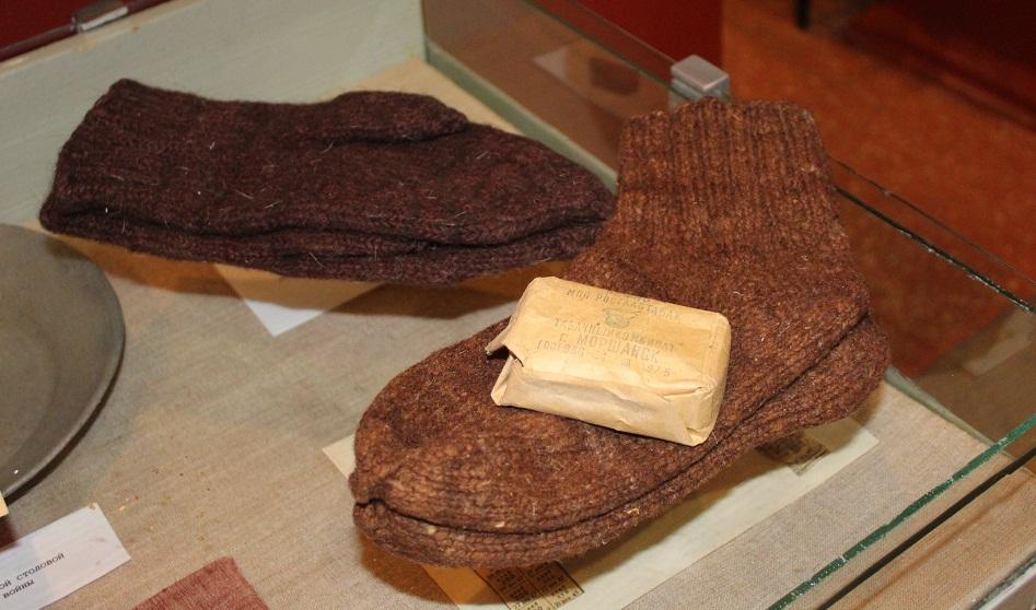 Шерстяные носки и табак - отличный подарок для бойца.