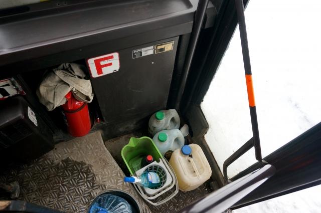 Аварийный выход заставлен бутылками и вёдрами.