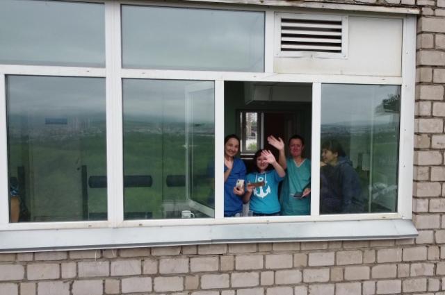 Медики смотрели концерт из окон и с балконов.