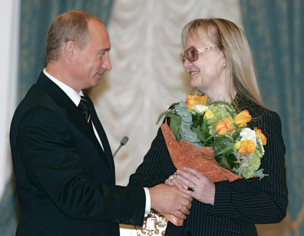 Президент России Владимир Путин вручил в Кремле артистке кино Наталье Белохвостиковой орден