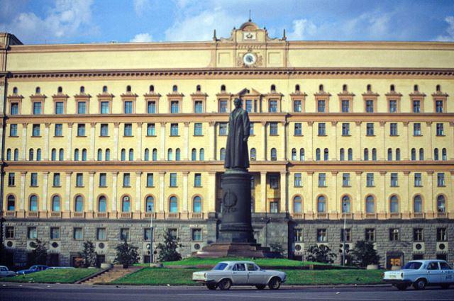 Памятник на Лубянской площади перед демонтажем 22 августа 1991 года.
