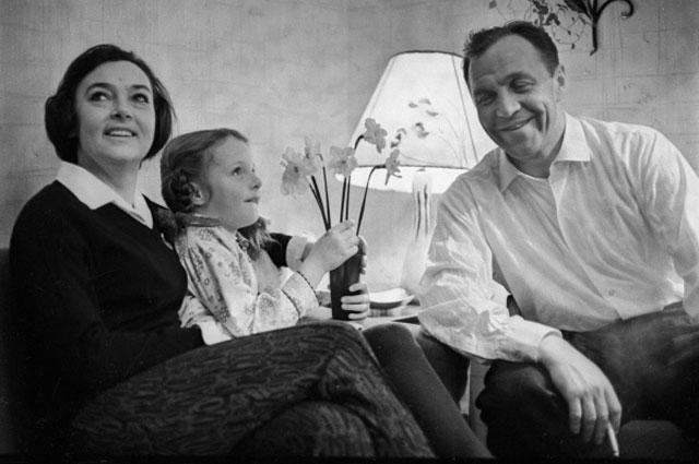 Михаил Ульянов с женой Аллой Парфаньяк и дочерью Леной дома. 1967 г.