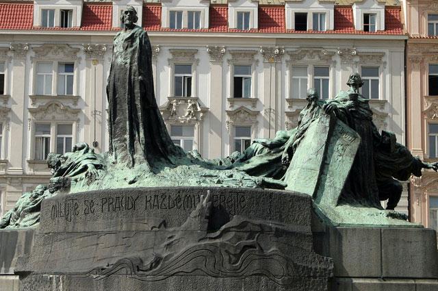 Памятник Яну Гусу на Староместской площади в Праге, возведен в 1915 году по проекту Ладислава Шалоуна.