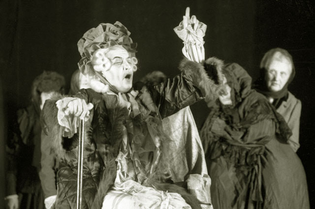 Елена Образцова исполняет роль графини в опере композитора Петра Чайковского Пиковая дама, поставленной на сцене народного оперного театра Центрального Дома Культуры Железнодорожников. 1980 год