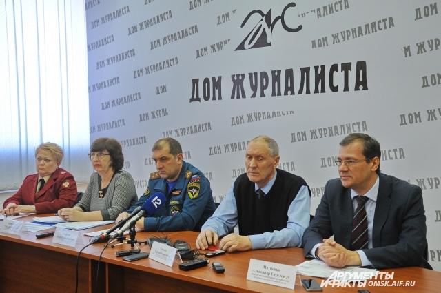 На пресс-конференцию созвали всех ответственных чиновников.
