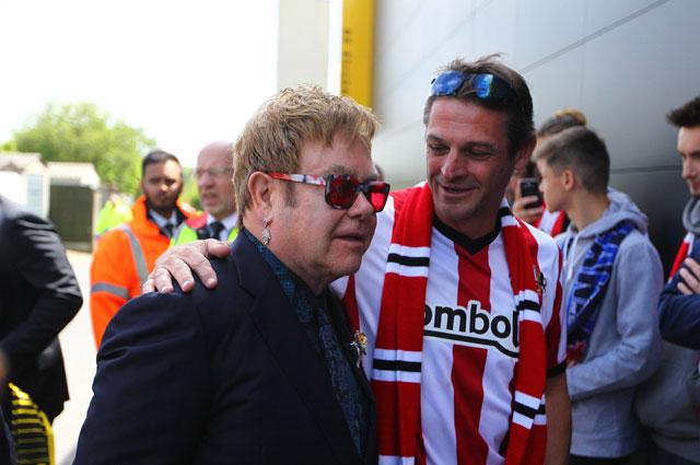 Элтон Джон на матче «Уотфорда» 15 мая 2016 г.