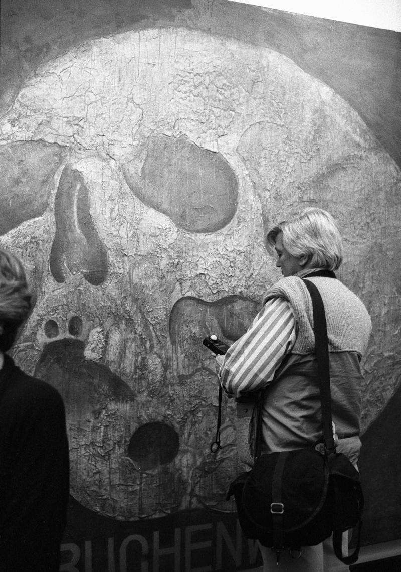 Посетительница выставки Михаила Шемякина в Центральном Доме Художника рассматривает картину «Бухенвальд». 1989 год.
