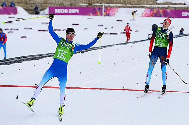 Сами Яухоярви и Никита Крюков на финише финального забега командного спринта в соревнованиях по лыжным гонкам на Олимпийских играх в Сочи