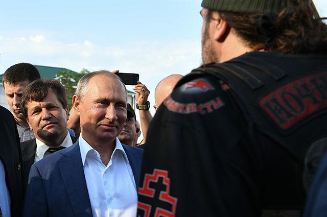 Владимир Путин вовремя встречи сучастниками байк-шоу «Русский реактор» издвижения «Ночные волки».