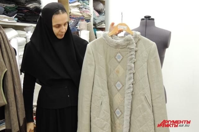 В мастерской послушание несёт монахиня Феофания.
