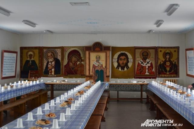 В трапезной монастыря приготовлено угощение для паломников.