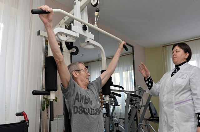 В физкультурном зале подопечные центра занимаются под присмотром специалистов