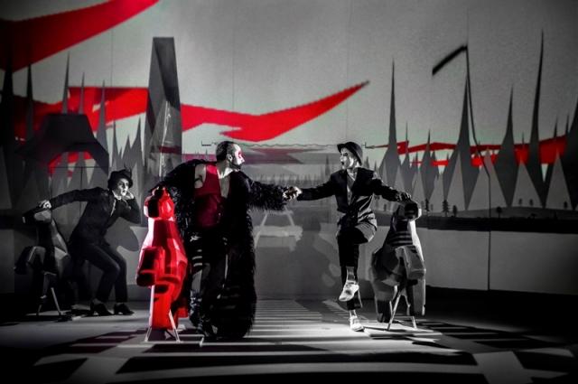 Действия героев больше напоминают цирковое выступление, чем традиционный спектакль
