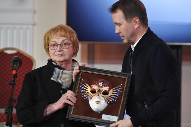 Актер, художественный руководитель Государственного театра наций Евгений Миронов вручает премию