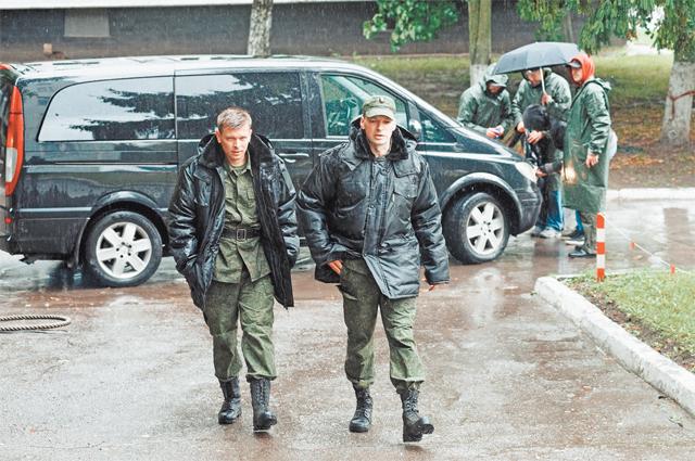 В Москве на окраине Внукова снимали «военный городок на берегу Чёрного моря». Главный герой служит в пограничных войсках.