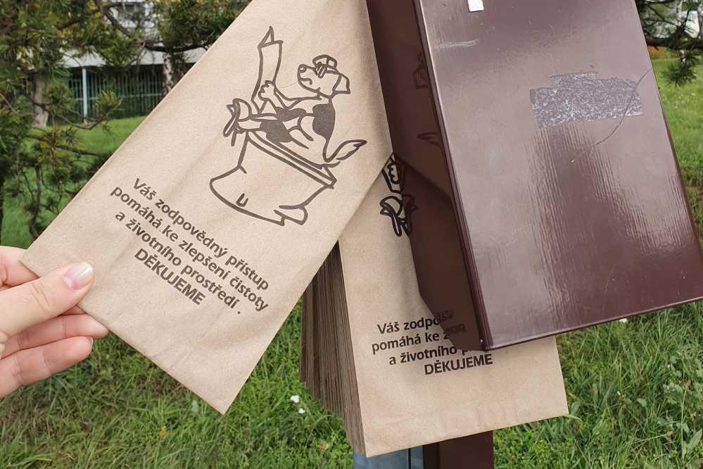В пражских парках вы не увидите собачьих кучек: на каждом шагу здесь есть шкафчики с пакетами для экскрементов.