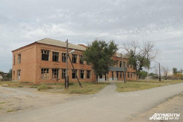 В старой школе в своё время располагались военный госпиталь и интернат