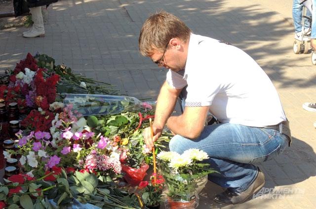 На месте гибели Леонида Сафьянникова лежат цветы, а люди зажигают свечи