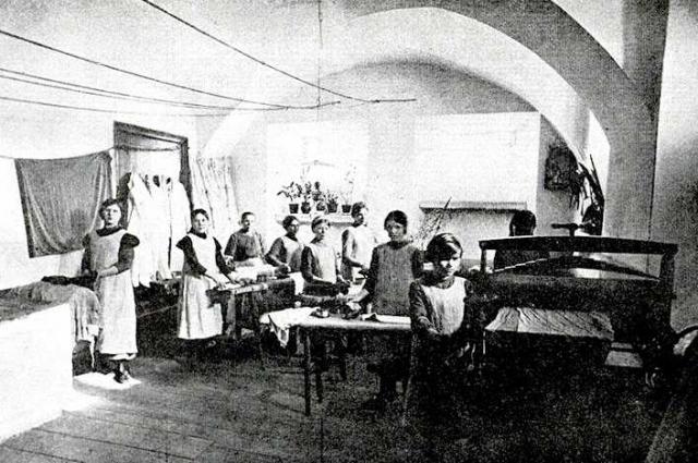 Воспитанницы приюта за глажкой белья.