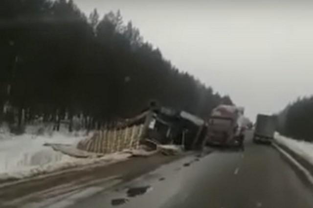 Авария с грузовиком попала на видеорегистраторы.