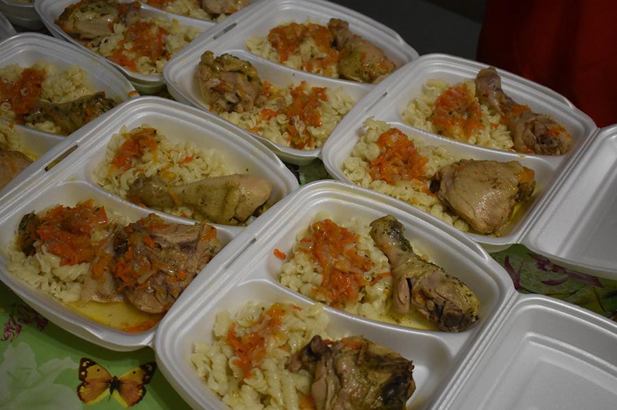 Еда для нуждающихся, приготовленная прихожанами, добровольцами