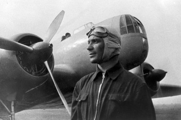 Летчик-рекордсмен Владимир Коккинаки у своего самолета. 1936 год