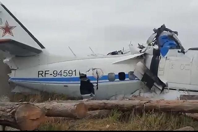 Самолёт разломился надвое.
