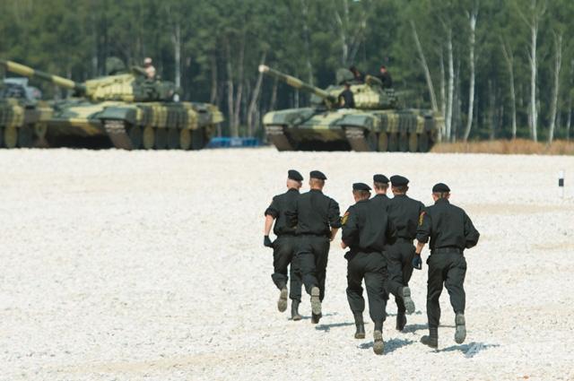 Экипажи занимают позиции перед стартом