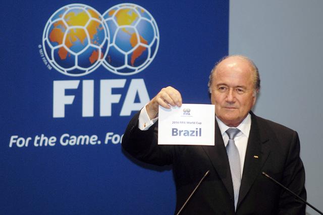 Президент ФИФА Йозеф Блаттер объявляет страну-хозяйку чемпионата. 30 октября 2007 года