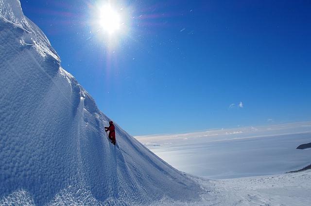 Один из блоков голубого льда учёные достали с глубины 10 м.