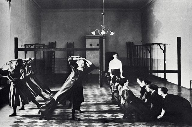 Воспитанницы Смольного института занимаются на уроке гимнастики. 1913 год.
