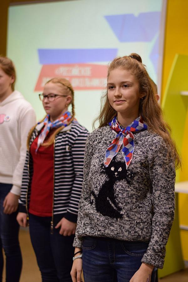 Российское движение школьников в некоторых моментах похоже на пионериюю.