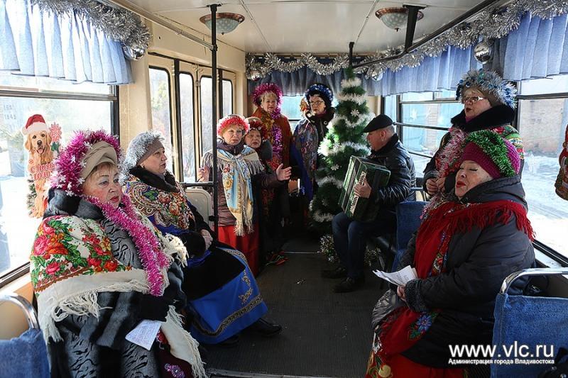 Пассажиров встречали песнями и прибаутками.