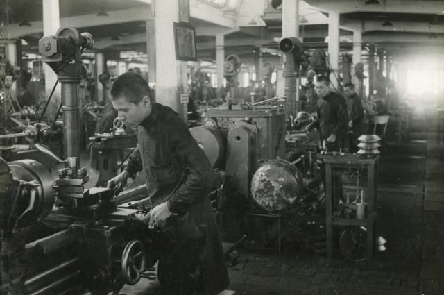 Подростки встали к станкам вместо кадровых рабочих, ушедших на фронт.