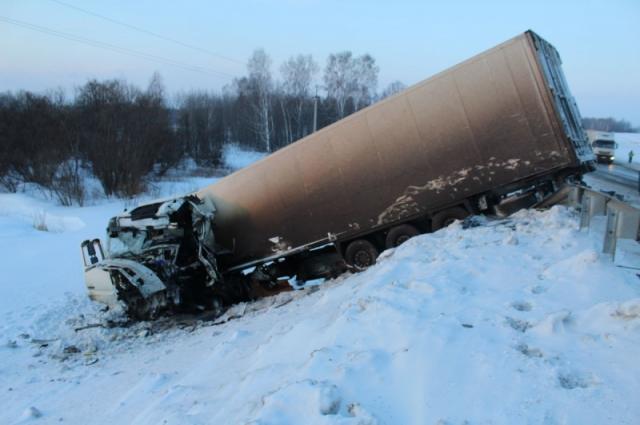 Водитель фуры погиб в результате аварии.