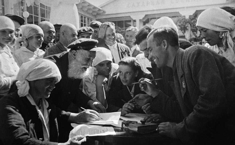 На Всесоюзной сельскохозяйственной выставке (ВСХВ) в Москве. Колхозники-свекловоды подписывают договор о соцсоревновании, 1939 год.
