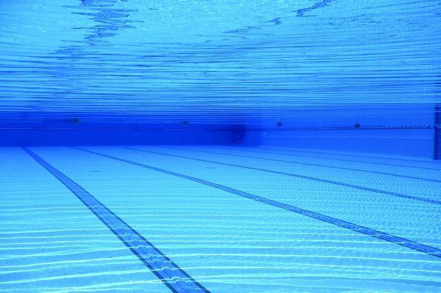 Потренироваться плавать в маске и ластах можно в бассейне.