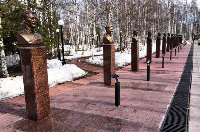 Парк Победы в Ханты-Мансийске, где стоит бюст Героя Вячеслава Чухарева
