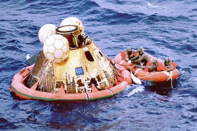 Командный модуль «Колумбия» после приводнения.