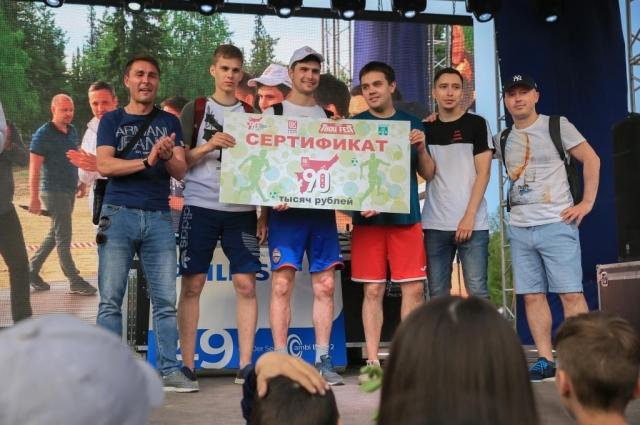 Победители футбольного турнира получили денежный сертификат от нефтяной компании.
