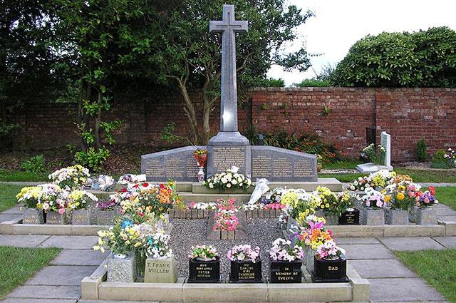 Мемориал на братской могиле жертвам катастрофы.
