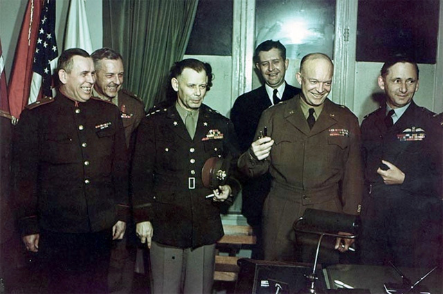После подписания капитуляции. В первом ряду: Суслопаров, Смит, Эйзенхауэр, маршал авиации Королевских ВВС Артур Теддер (зам. Эйзенхауэра). 7 мая 1945 года