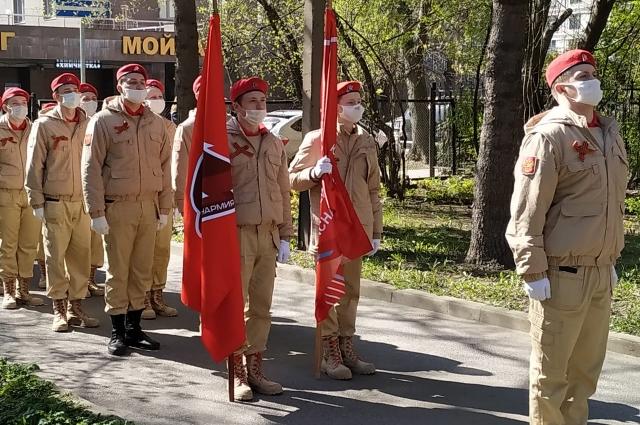Юнармейцы поздравляют с Днем Победы жителей Дома ветеранов войны и труда № 2.