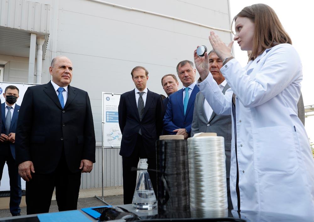 Председатель правительства РФМихаил Мишустин осматривает завод попроизводству углеродного волокна ООО «Алабуга-Волокно» вовремя посещения особой экономической зоны «Алабуга».