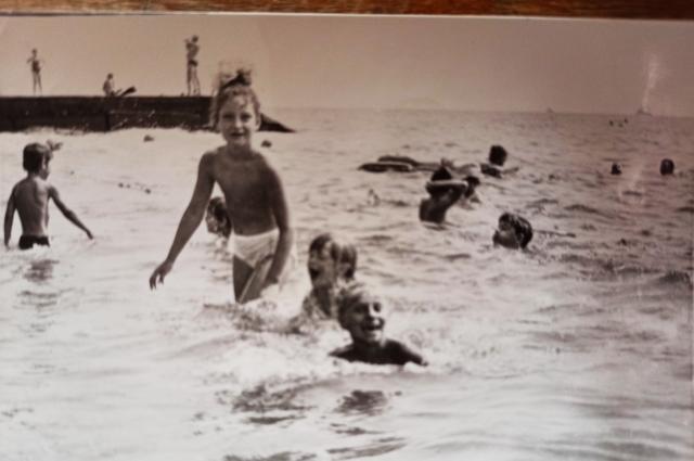 Маленькая Надя на Чёрном море.