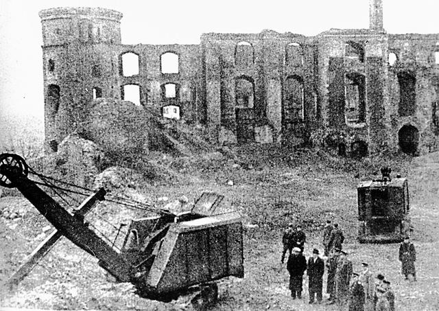 Руины королевского замка в Кёнигсберге, где в 1944 г. последний раз экспонировалась пропавшая Янтарная комната. Снимок 1946 г