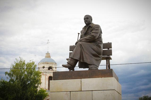 Год назад в Наровчате установили памятник писателю-земляку.