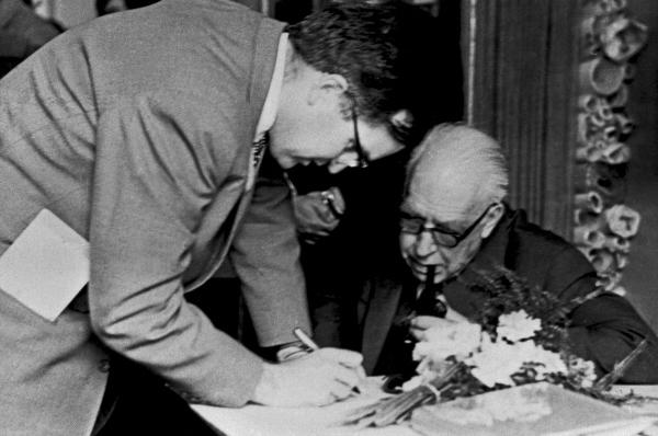 Датский физик, профессор Нильс Бор (1885-1962) и его сын Огё в теоретическом кабинете Физического факультета МГУ имени М. В. Ломоносова. Репродукция с фото от 8 мая 1961 года.