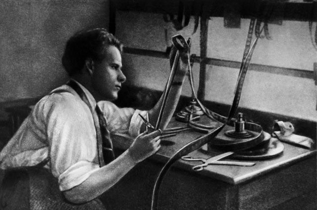 Советский режиссер Сергей Михайлович Эйзенштейн во время работы за монтажным столом. 1925 год. Репродукция.